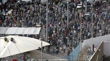 Centenares de porteadores marroquíes en la frontera del Tarajal