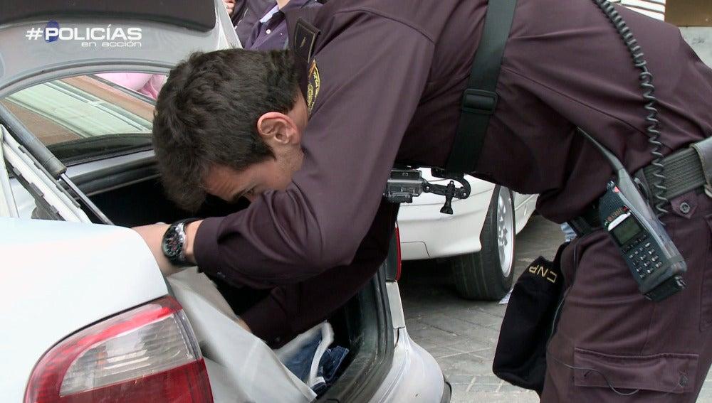 La Policía registra un vehículo