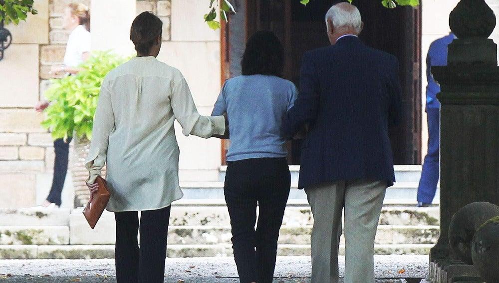 La hija de Emilio Botín, Carmen Botín (c) acompañada por unos amigos camina hacia la casa del Promontorio