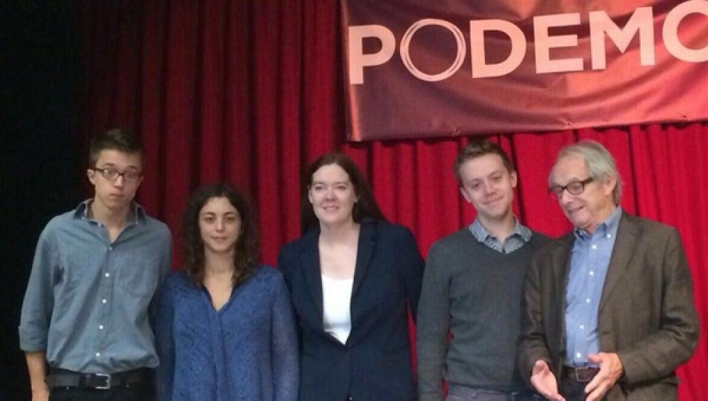 Los representantes de Podemos posan junto a Flesher, Jones y Loach