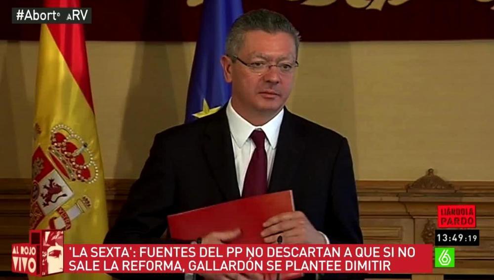 Albeto Ruiz Gallardón con una carpeta