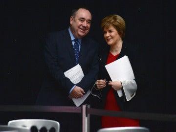 Alex Salmond junto a Nicola Sturgeon