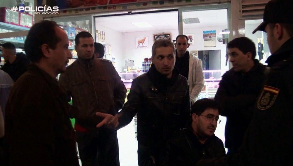 Los clientes marroquíes de un bar abuchean a los policías ante un registro