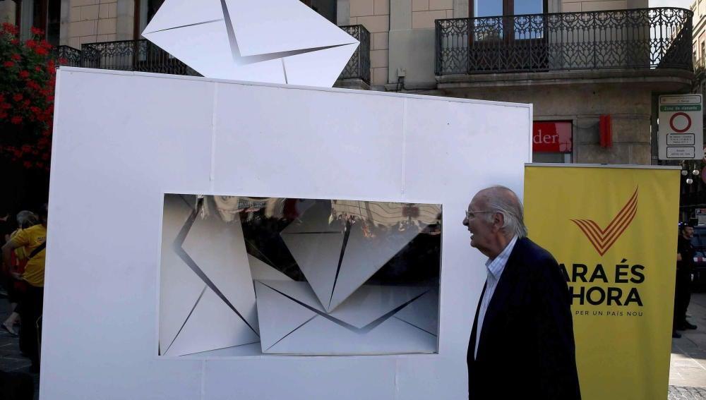 Vista del reloj colocado en la plaza de Sant Jaume de Barcelona, que marca los días que faltan para el 9N