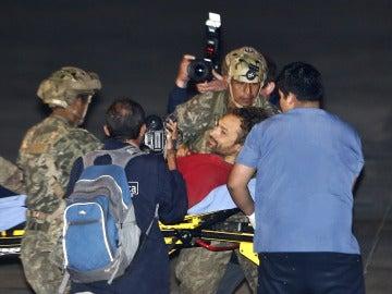 El espeleólogo español (c) fue registrado al recibir asistencia en la base aérea de Lima