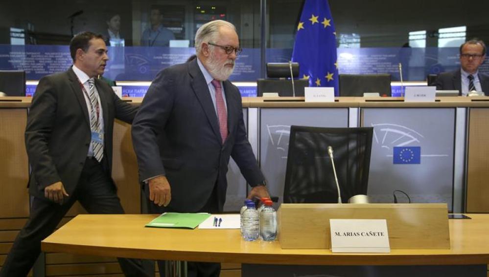 Miguel Arias Cañete antes de responder en el Europarlamento