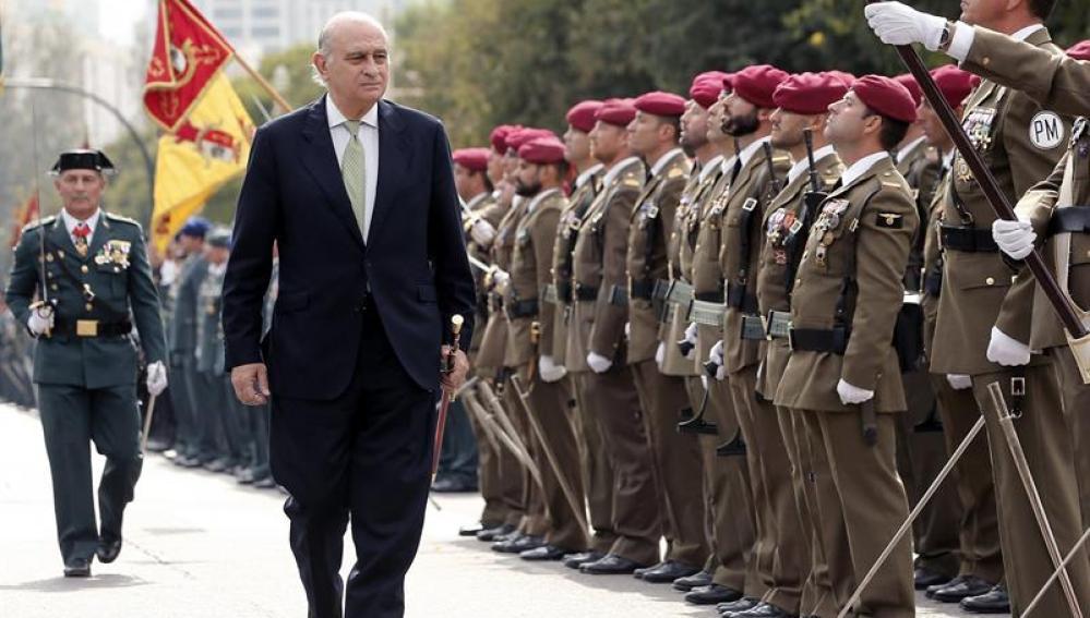 El ministro del Interior, Jorge Fernández Díaz, pasa revista a las tropas durante el acto central de la festividad de la patrona de la Guardia Civil