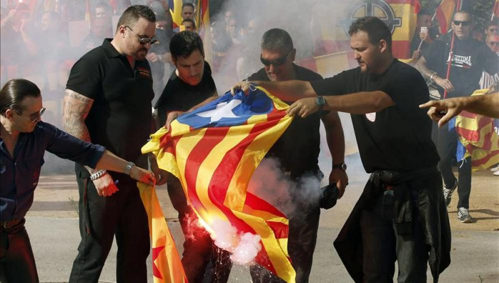 Unas 300 personas participan en una marcha fascista en Barcelona en el Día de la Hispanidad