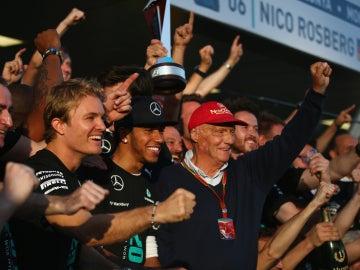 Rosberg, Hamilton y Lauda celebran el título con el resto del equipo