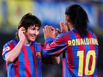 Messi celebra un gol con Ronaldinho
