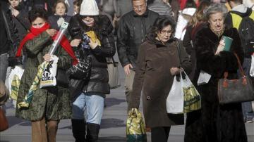 Un grupo de personas pasean por la calle Preciados de Madrid