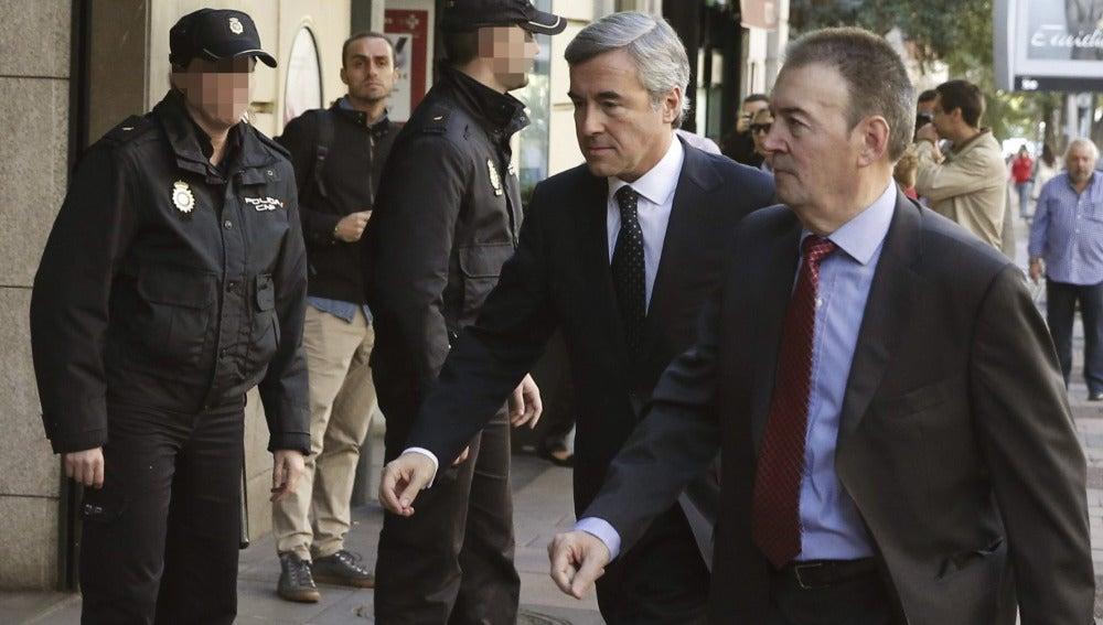 El ex secretario general del PP Ángel Acebes (c) a su llegada a la sede de la Audiencia Nacional