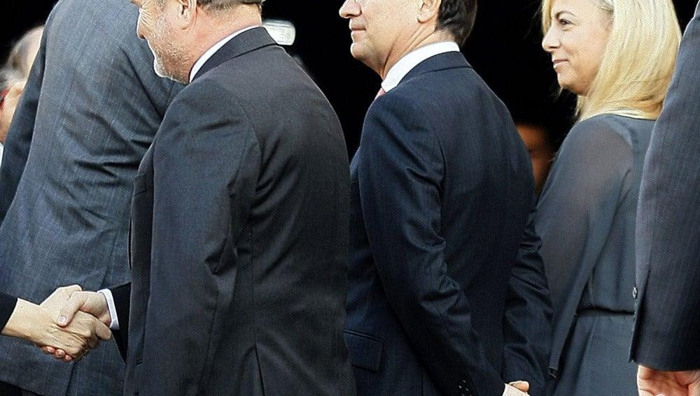 El Rey Felipe VI saluda a Sonia Castedo