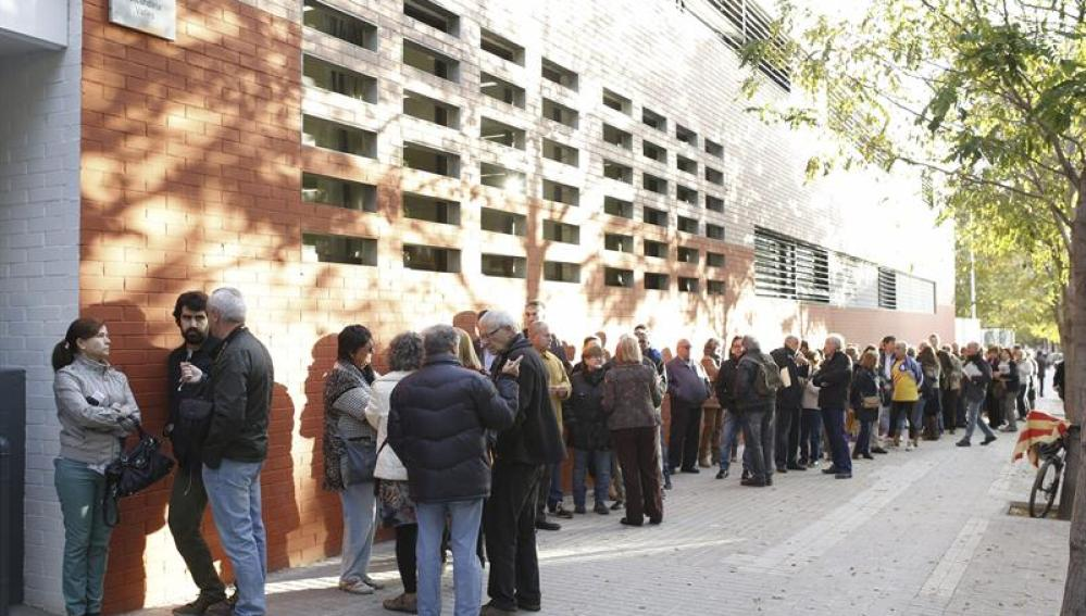 Colas en un instituto de educación secundaria de Sabadell para la consulta