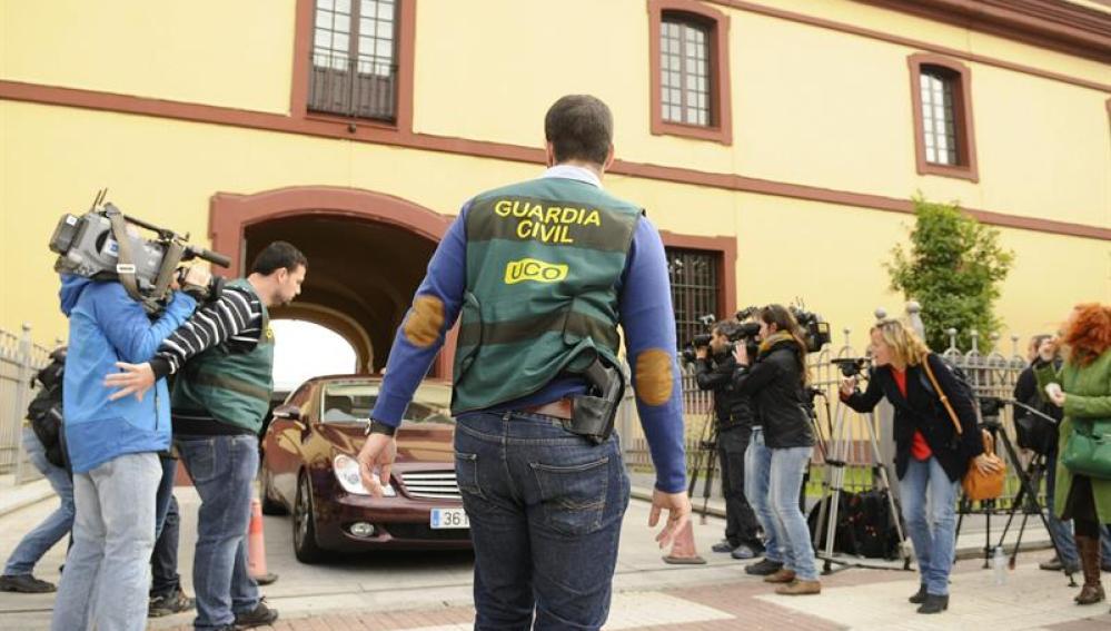 Salida de un vehículo en la sede de la Diputación Provincial de Sevilla