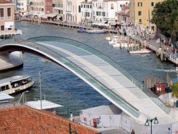 El puente que une la plaza de Roma con la estación ferroviaria de Santa Lucía en Venecia
