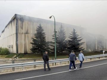 Varias personas pasan ante el edificio de la planta principal de Campofrío, de Burgos