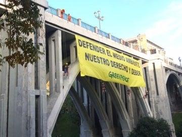 """La pancarta desplegada por Greenpeace: """"Defender el medio ambiente, nuestro derecho y deber"""""""