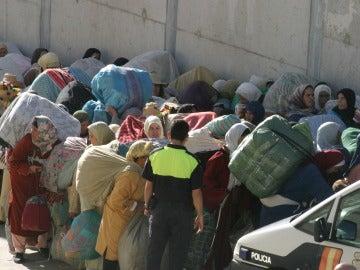 Una multitud de porteadores marroquíes en el paso fronterizo de Ceuta con Marruecos