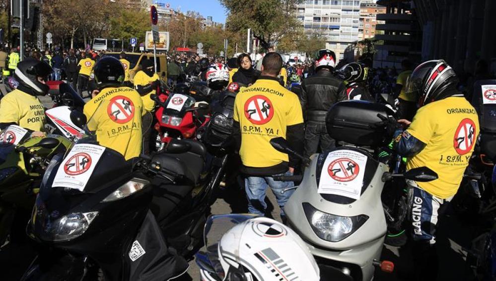 Los moteros exigen que se cumpla con la ley y que se protejan las carreteras con los guardarraíles adecuados