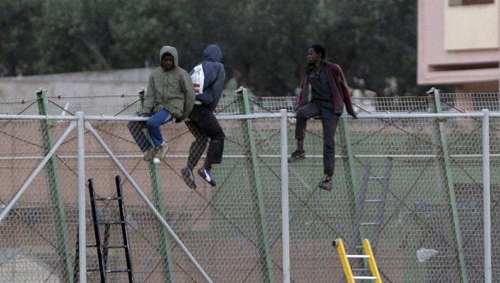 Inmigrantes en la valla de Melilla.