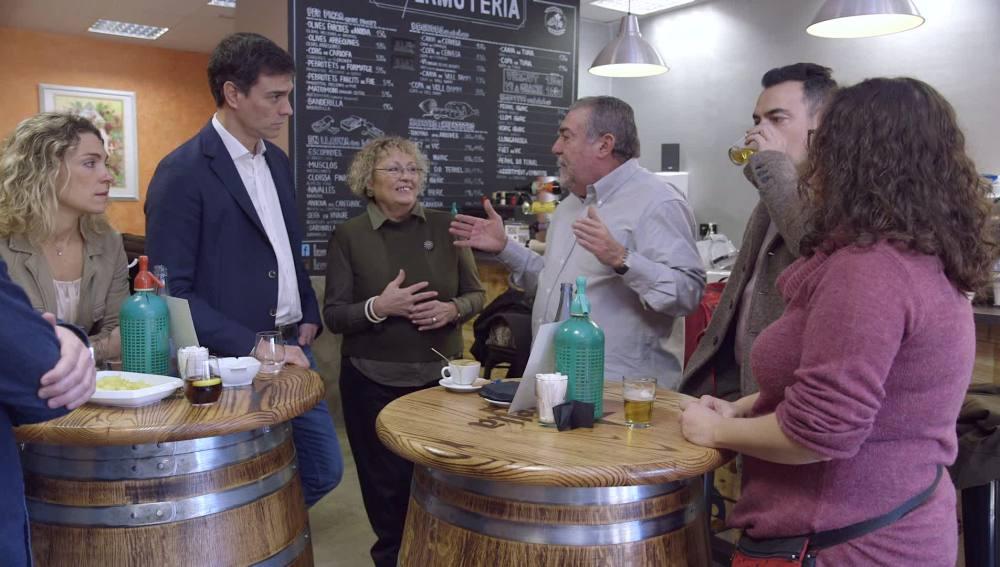 Pedro Sánchez charla con una familia de exvotantes socialistas