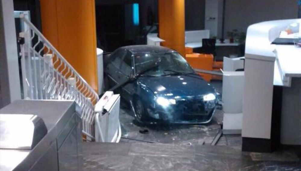 Un hombre estrella un coche contra la sede del PP en Génova