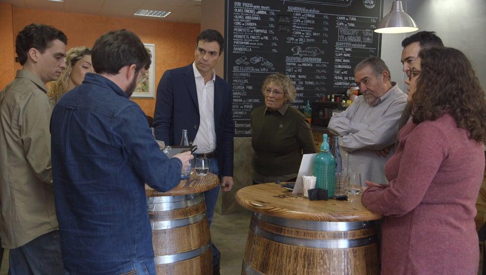Pedro Sánchez atiende a una familia en Salvados