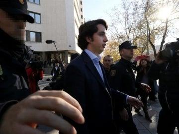 Nicolás saliendo de los juzgados de Plaza de Castilla
