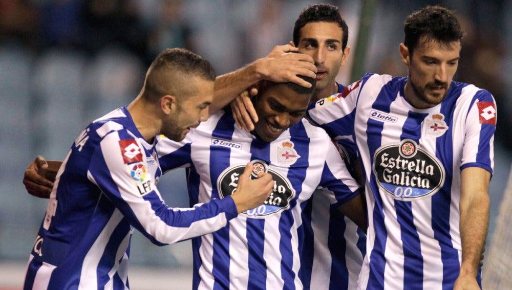 Iván Cavaleiro, felicitado por sus compañeros tras marcar ante el Athletic