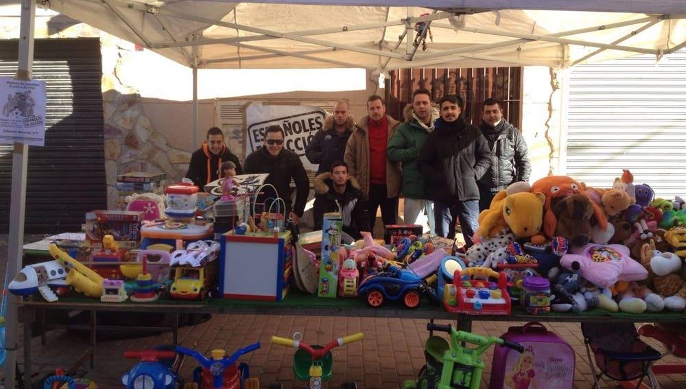 Miembros de la asociación posando con los juguetes