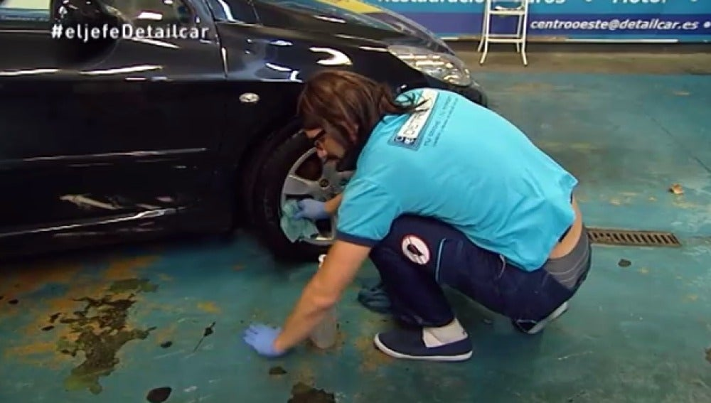 Nicolás Kanngiesser limpia coches con el agua de los charcos