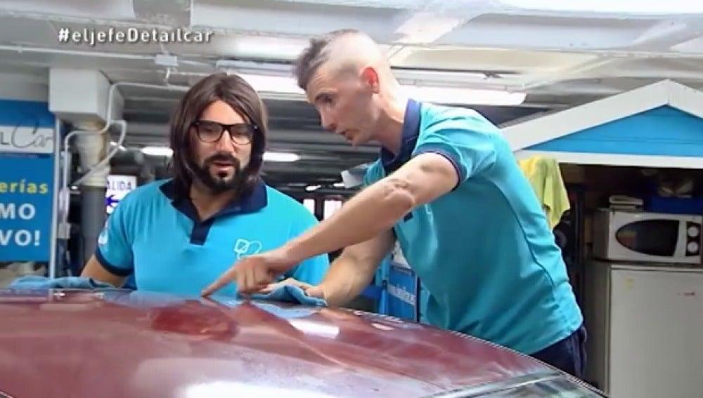 Raúl enseña cómo limpiar los coches al propietario de Detailcar