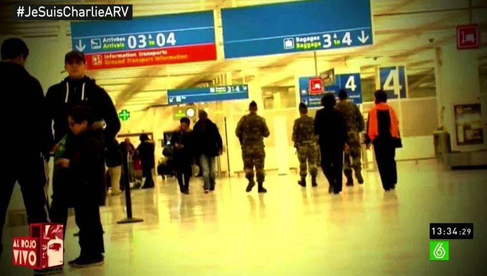 Militares en un aeropuerto
