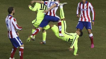 Futbolistas de Atleti y Barça disputan un balón