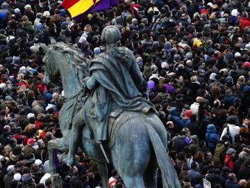 La estatua ecuestre de Carlos III en la Puerta del Sol observa a los miles de personas concentradas