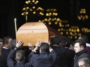 Entrada a la Basílica de la Concepció de Barcelona del féretro con los restos de José Manuel Lara