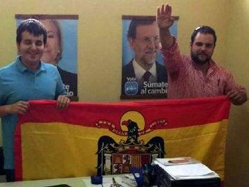 Los dirigentes de Nuevas Generaciones de Llanes posan con una bandera franquista