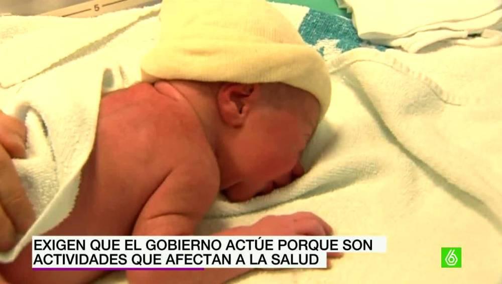Un bebé sobre una toalla