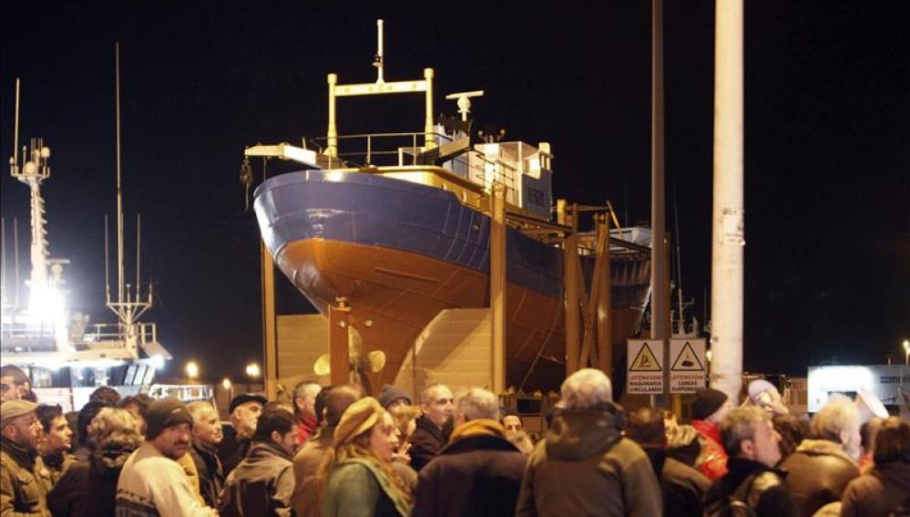 Polémico barco colocado en una rotonda de Vigo
