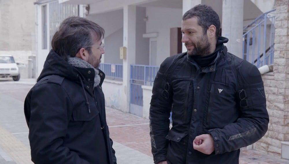 Stratis Benekos con Jordi Évole, en 'Salvados'
