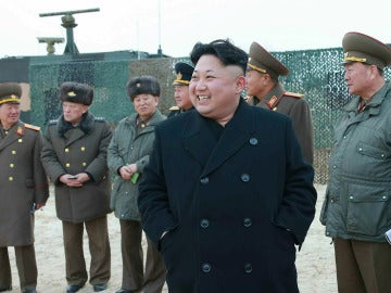 Kim Jong-un rodeado de su ejército