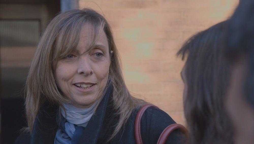 Las madres hablan en la puerta del colegio