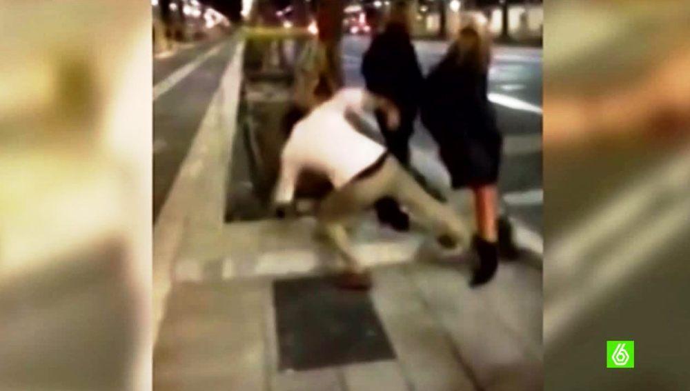 Captura de la brutal patada por la espalda de Mario García a una joven en la Diagonal