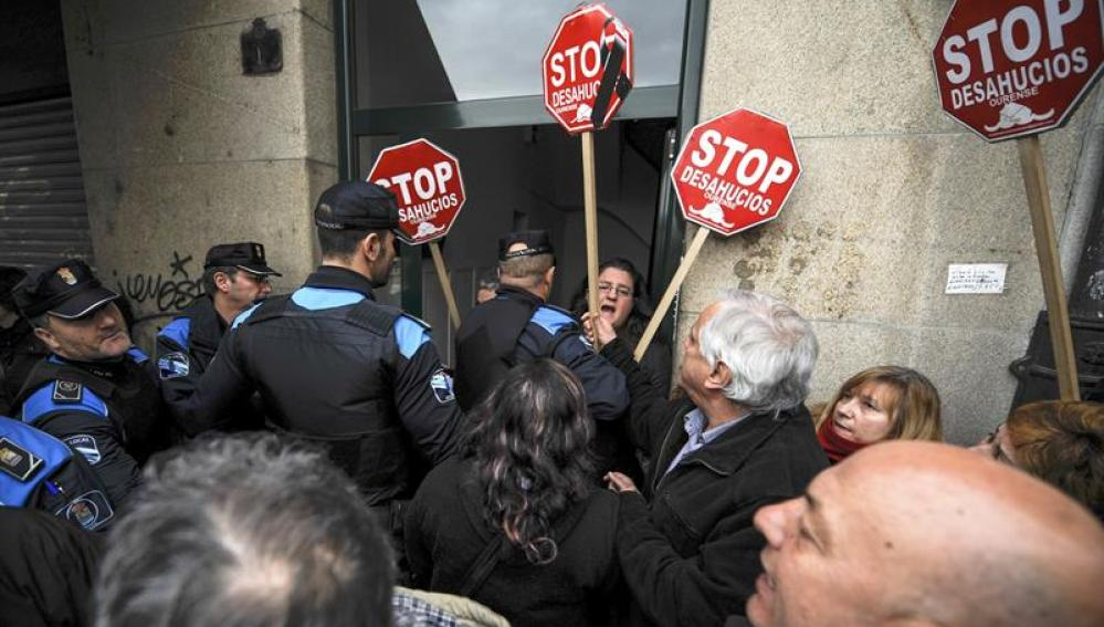 Una familia con un bebé de un año sufre un desalojo en Ourense