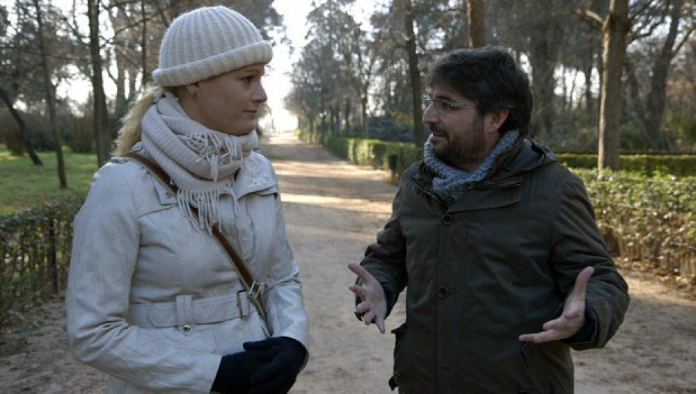 La capitán del Ejército de Tierra Zaida Cantera, con Jordi Évole
