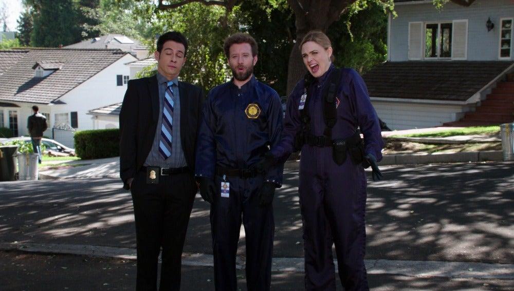 La doctora Temperance Brennan con su equipo, en 'Bones'