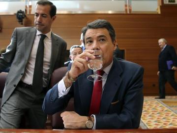 Ignacio González bebe agua en la Asamblea de Madrid