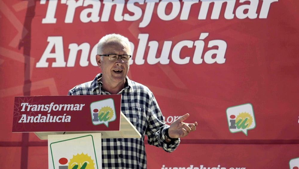 Cayo Lara durante su intervención en un acto de campaña electoral hoy en Cádiz