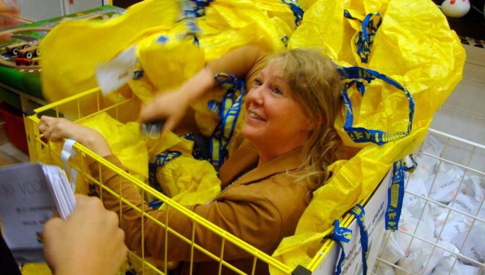 Una mujer se esconde entre bolsas en la tienda de Ikea en Wilrijk